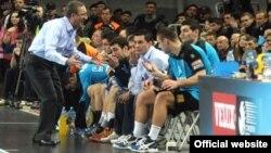 Тренерот Лино Червар и играчите на Металург.