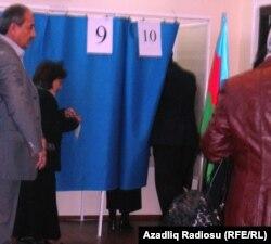 Parlament seçkisində eyni kabinədə səs verən iki seçici, 7 noyabr 2010