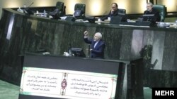 وزیر خارجه ایران میگوید تعدادی از بازرگانان و صرافان ایرانی در امارات متحده دچار مشکل شدند و تعداد زیادی هم نقل مکان کردند.