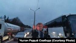 Беларусаў не пускаюць у краіну. Памежны пункт «Новая Гута»