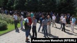 Родители абитуриентов, не сумевших получить образовательный грант, перед Академией спорта и туризма. Алматы, 13 августа 2018 года.