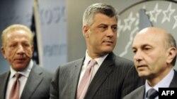 Pacolli, Thaçi, Mustafa në konferencën për media, 6 prill 2011.