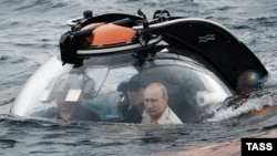 """Президент России Владимир Путин (справа) во время погружения на спускаемом аппарате """"Си-Эксплорер"""" на дно Черного моря у берегов Крыма недалеко от Севастополя. 18 августа 2015 года."""