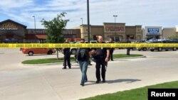 ԱՄՆ, Թեքսաս - Փոխհրաձգության վայրում ոստիկանը մի անձի է ուղեկցում, Ուեյքո, 17-ը մայիսի, 2015թ.