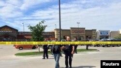 Ոստիկանը բերման է ենթարկում փոխհրաձգությանը մասնակցած բայքերներից մեկին, 17-ը մայիսի, 2015թ.