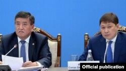 Президент Сооронбай Жээнбеков менен премьер-министр Сапар Исаков.
