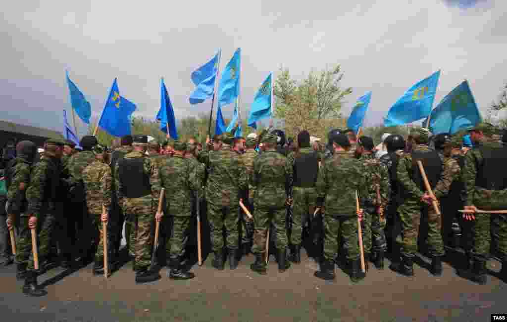 Проте там на активістів вже чекали російські силовики. «Стояли танки і БТРи, прохід був перекритий, але для виходу залишили невелику ділянку. Кожного, хто повертався до Криму, знімали на камери», – згадує учасник тих подій Мустафа Османов