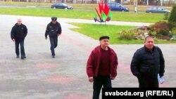 Юрась Навіцкі (зьлева паперадзе) і Ўладзімер Юхо (зьлева ззаду) заходзяць у суд.