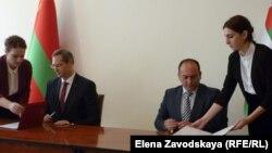 Межправительственные соглашения подписали министры иностранных дел Даур Кове и Виталий Игнатьев