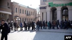 Очередь у здания ПриватБанка в Симферополе за день до референдума в Крыму. 15 марта 2014 года.