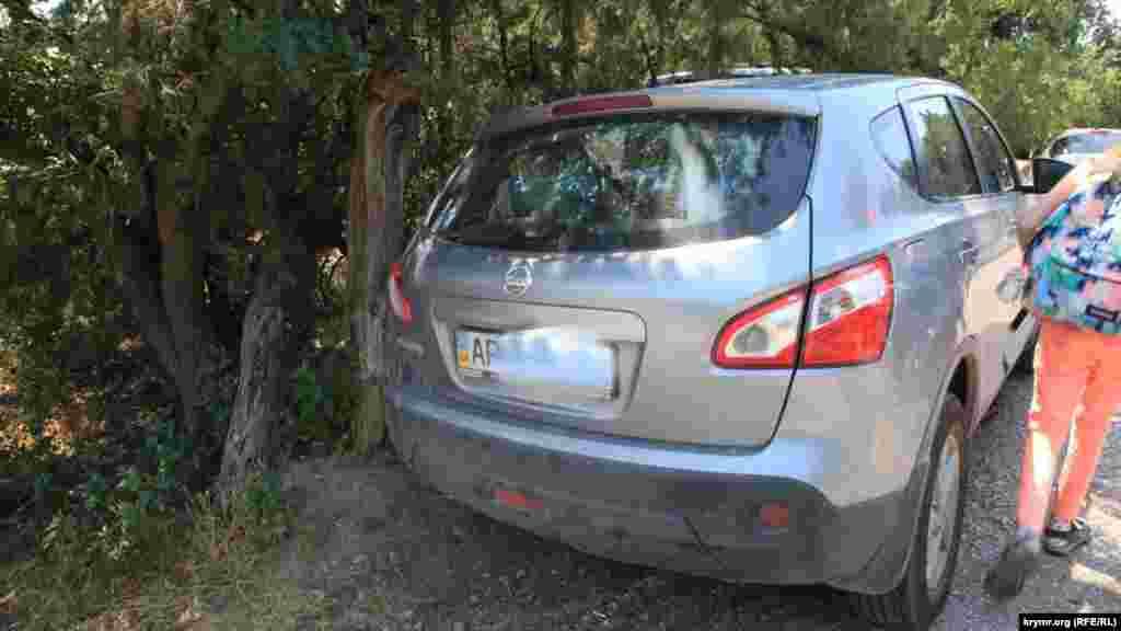 В поселке можно встретить машины с украинскими номерами