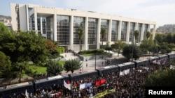 Илустрација. Протест пред Судењето на лидерите и членовите на крајнодесничарската партија Златна зора во Атина
