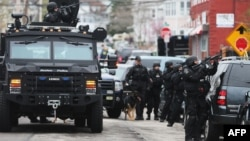 А результате спецоперации подозреваемые в бостонском теракте найдены. Один из них убит, а другой – раненым – задержан