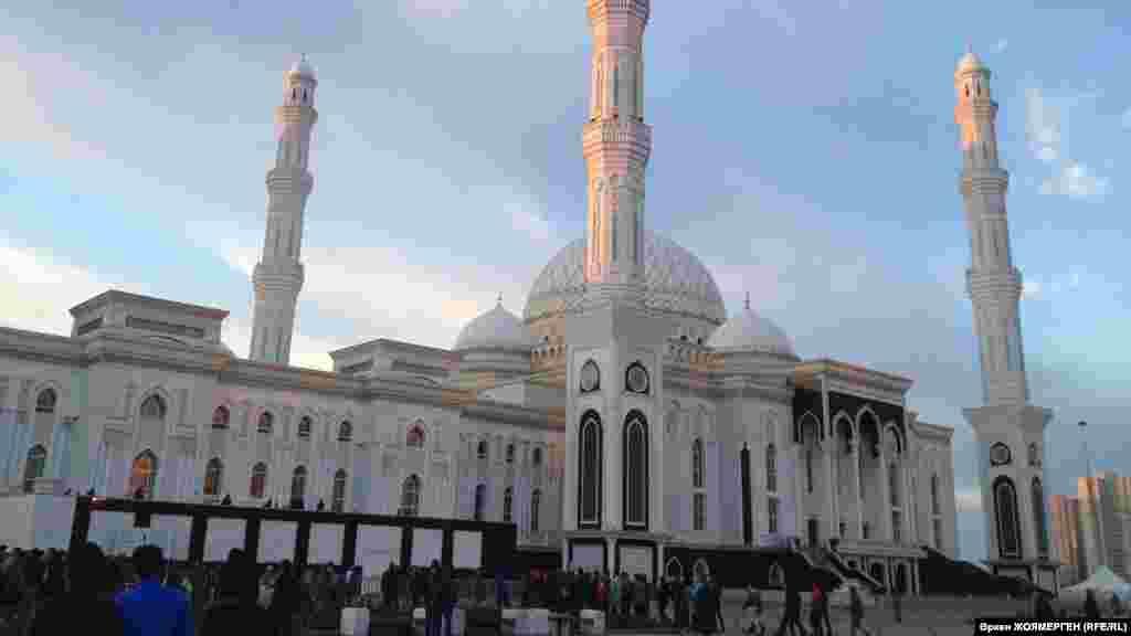 Люди идут в мечеть «Хазрет Султан» в Астане.