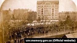 Учасники української національної маніфестації на Софійській площі в Києві, 1 квітня 1917 року