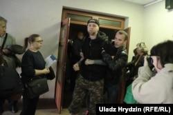 «Людзі ў цывільным» і анархіст Вячаслаў Касінераў (у цэнтры)