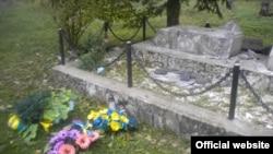 Зруйнований пам'ятник на українському кладовищі в Польщі