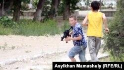 """Ақтау қаласындағы """"Полицейлер соты"""" өтіп жатқан ғимарат төңірегінде ойнап жүрген балалар. Ақтау, 7 мамыр 2012 жыл."""