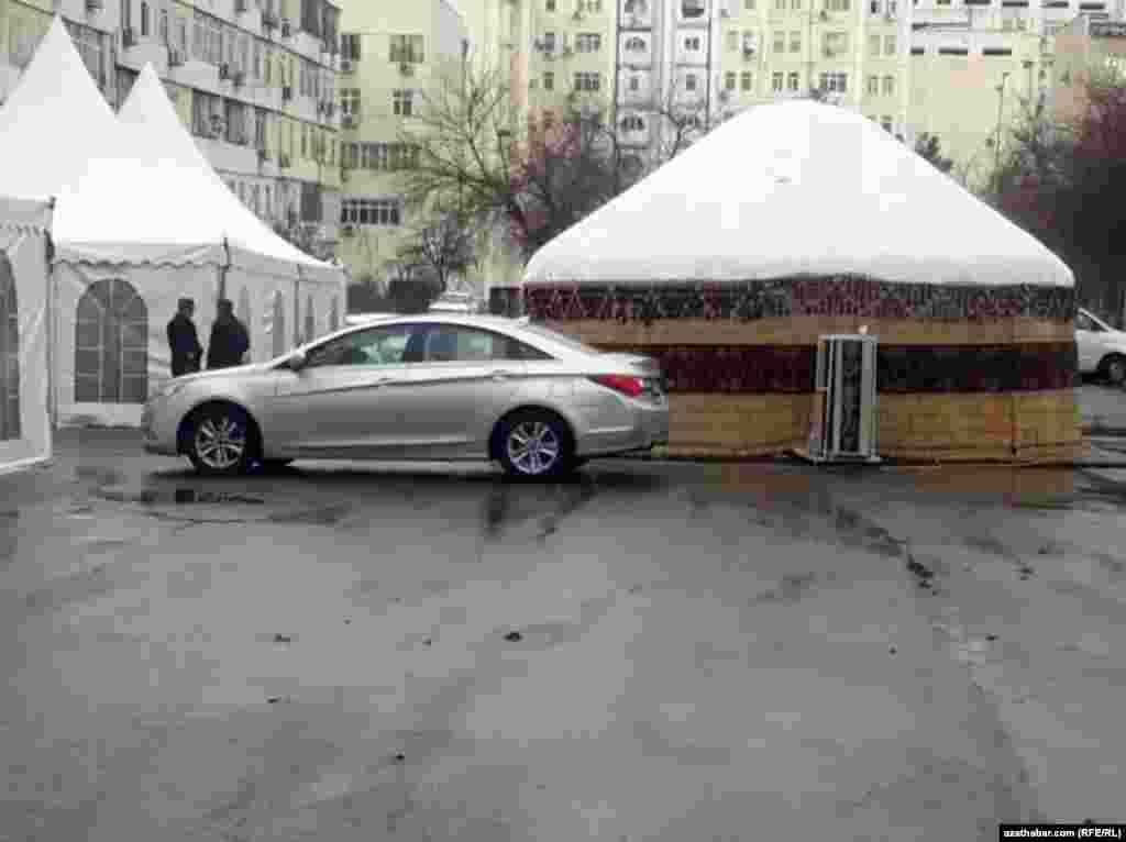 Туркменская кибитка и шатры для празднования торжеств, во дворе ашхабадской многоэтажки