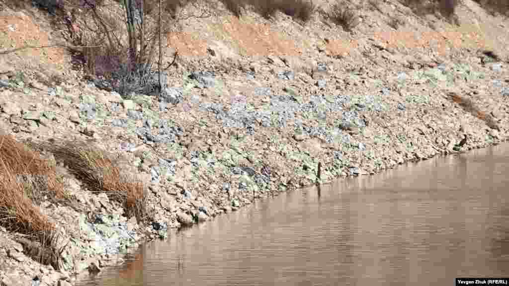 По урезу воды видно, что ее уровень в озере снизился на метр-полтора