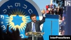Бидзина Иванишвили выступает перед собравшимися в Кутаиси жителями родного региона Имерети
