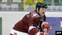 Президент Беларуси Александр Лукашенко играет в хоккей. Москва, декабрь 2008 года.
