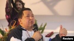 Венесуэла президенті Уго Чавес туған қаласы - Баринаста өзінің денсаулығы үшін халықтық жалбарыну шарасын өткізді. Оған өзі де қатысып, Құдайға сыйынып тұр. 5 сәуір 2012 жыл.