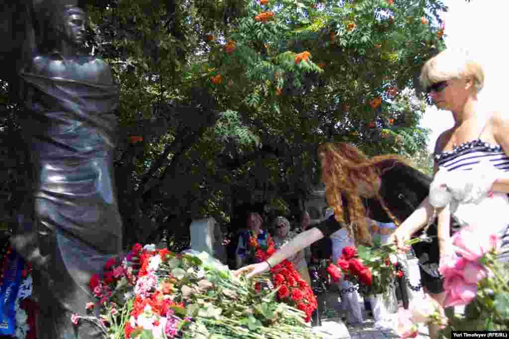У могилы Владимира Высоцкого на Ваганьковском кладбище в 32-ю годовщину смерти поэта.