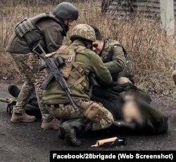 Попри старання військових, врятувати чоловіка не вдалося - він помер на місці