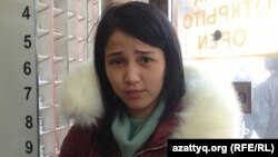 Қала тұрғыны Дина Оспанова ақша айырбастау орнында тұр. Астана, 11 ақпан 2014 жыл.