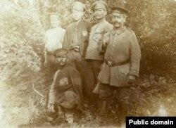 Prizonieri ruși însoțiți de un gardian german