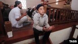 Архивное фото: Евпатория, Ханская мечеть, мусульмане молятся на Курбан-байрам, 4 октября 2014 года