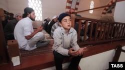 Верующие в мечети в Евпатории. 4 октября 2014 года.