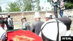 16-майда Сузак районунун Сары-Булак айылында Б. Курамаевдин сөөгү жерге берилди