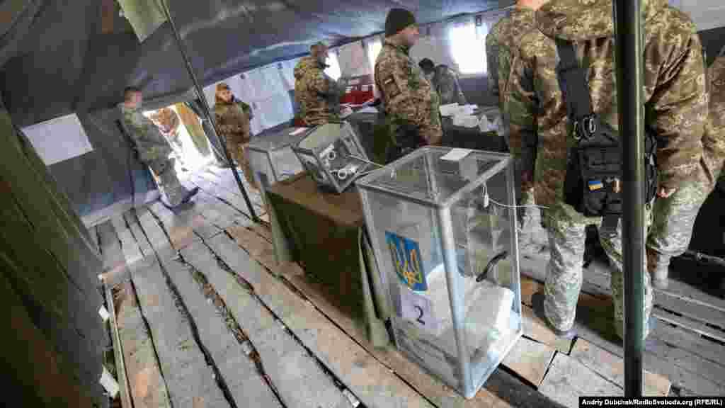 Військовослужбовці та офіцери Збройних сил України голосують біля лінії фронту в Станиці Луганській