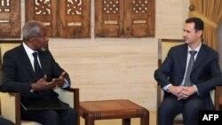 Сириянын президенти Башар Асад (оңдо) БУУнун чабарманы Кофи Аннандын тынчтык планын кабыл алганын билдирген, бирок аткара элек