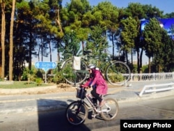 Женщинам нельзя передвигаться на велосипеде, они могут проявлять к нему лишь игровой интерес. В то же время иранкам разрешено водить автомобили.