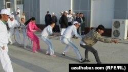Спортивные состязания во время Недели здоровья и счастья в Туркменистане. Туркменабат, 7 апреля 2013 года.
