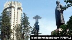 Памятник Абаю в Алматы.