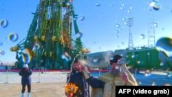 Православный священник проводит ритуал освящения ракеты перед запуском. Байконур, 2 декабря 2018 года.