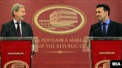 Архивска фотографија - еврокомесарот Јоханес Хан со премиерот Зоран Заев при презентацијата на планот за првите три месеци
