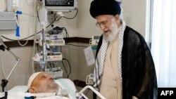 Ayatollah Ali Khamenei (sağda), Ayatollah Mahdavi Kaniyə xəstəxanad baş çəkir