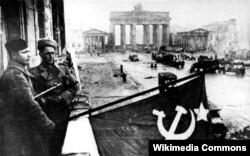 Berlin döyüşündən sonra Sovet əsgərləri SSRİ-nin bayrağını Adlon otelinin balkonundan asıblar,