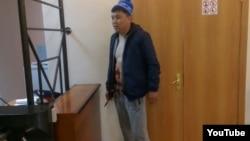 Житель города Сатпаев Жанболат Оспанов после того, как ранил себя в живот в здании суда города Жезказган. 17 мая 2017 года. Фото Андрея Цуканова.