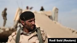 یکی از پرسنل «نیروهای دمکراتیک سوریه» در نزدیکی یکی از ویرانههای یک ساختمان در شمال شهر رقه