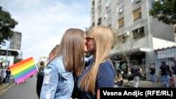 Poljupci i osmesi na Paradi ponosa