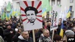 Прихильники політичної партії «Укроп» під час акції протесту проти затримання свого лідера Геннадія Корбана перед парламентом у Києві, 3 листопада 2015 року