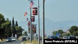 Zastave Crne Gore i Sjedinjenih Država, Podgorica