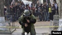 Сапер работает с подозрительным предметом. Тбилиси, 31 марта