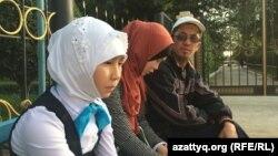 Хиджаб үшін мектепке кіргізілмеген ақтөбелік оқушылар. Көрнекі сурет